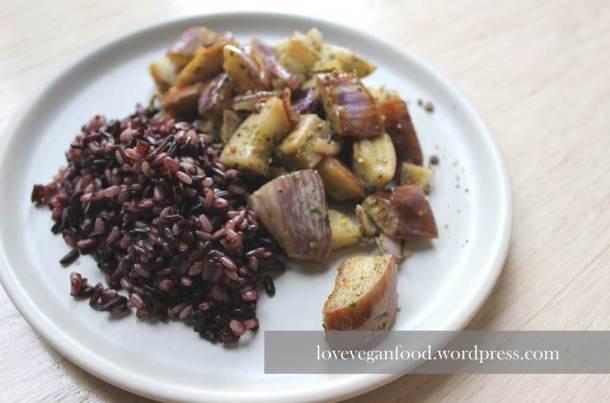 Bunter Reis mit violettem Auberginengemüse