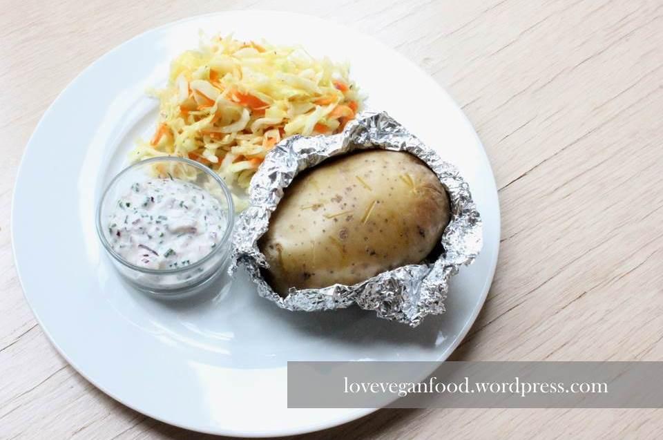 Ofenkartoffel mit Coleslaw und Frühlingsdip