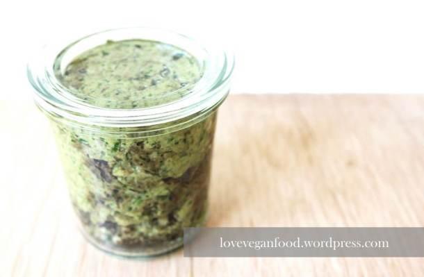 Grünes Walnuss-Kräuter-Pesto