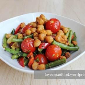 Sommergemüse mit Pesto und geröstetenKichererbsen
